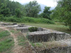 V 5. st. p. n. l., keď sa macedónsky štát vynoril na javisko dejín, vybudovali aj dve divadlá, ktorých základy sa dodnes zachovali