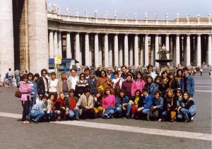 Maturanti v Ríme pred vatikánskym Chrámom sv. Petra v utorok 30. apríla 1991