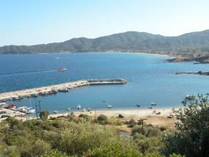 Pohľad na záliv a dlhú pláž mestečka Sarti