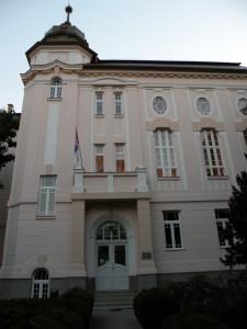 Rozpoznateľná budova petrovského gymnázia