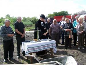 Slávnostný čin posviacky základného kameňa vykonal farár jánošícky a administrátor hajdušického cirkevného zboru Slađan Daniel Srdić