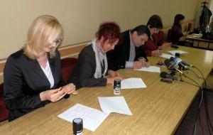 Zmluvu podpísali: (zľava) Milina Sklabinská, Anna Tomanová-Makanová, Đorđe Radinović a Anna Lepšanovićová