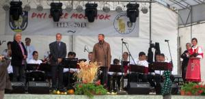 Predseda Rady MS Padina Ladislav Petrovič (prvý zľava) zablahoželal obyvateľom Močenka k vzácnemu jubileu