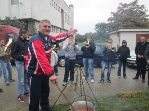 Na súťaži vo varení guláša sa zúčastnil aj Pavel Beška a o dobrú náladu sa postarali Timočki veseljaci