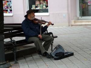 Huslista pouličný: smutný pohľad a málo peňazí