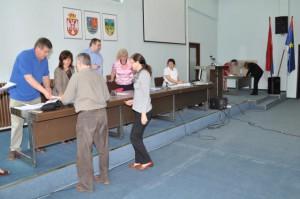 Matičné voľby – delegáti z B. Palanky pri preberaní volebných lístkov