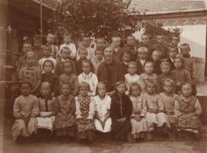 Učiteľka Božena Verešová so svojimi žiakmi v Iloku v tridsiatych rokoch minulého storočia
