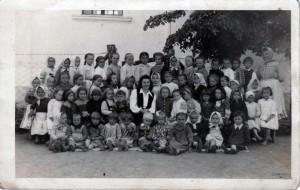 Bolo to dávno – Mária Grňová v škole s deťmi (stojí vpravo)