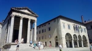 Augustov chrám (vľavo) a mestská radnica Fórum, ústredné námestie antickej, stredovekej a súčasnej Puly
