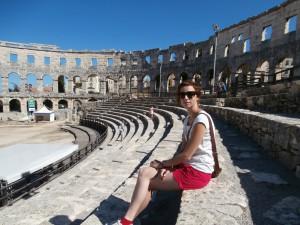 Aréna má tvar elipsy, a rozmery 130 metrov krát 100 metrov