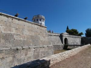 Benátska pevnosť sa nachádza na nadmorskej výške 32,4 metra medzi morom a kopcami Arena, Zaro a Sv. Mihovil