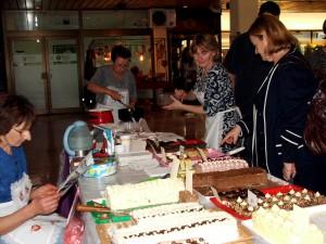 Z kysáčskeho stánku rozvoniavala sárma a koláče, preto zákazníkov bolo neúrekom