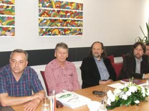Predseda Miroslav Bielik odovzdal členské preukazy SSS Martinovi Prebudilovi (zľava), Adamovi Svetlíkovi, Vladimírovi Valentíkovi a Ladislavovi Čánimu