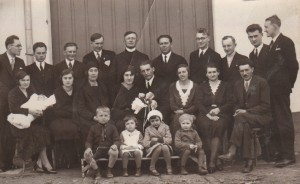 V kruhu rodiny na svadbe dcéry Olinky Struhárikovej (Verešová sedí tretia zľava medzi dcérami)