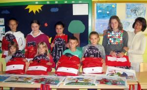 Balíčky so školskými potrebami potešili žiakov (foto: z archívu OOČK B. Petrovec)