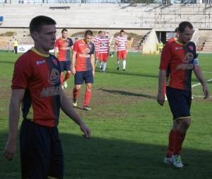 Futbalisti Doliny so zvesenými hlavami opustili trávnik na ihrisku v Slanej bare, podobne ako aj v Čačku (na snímke)