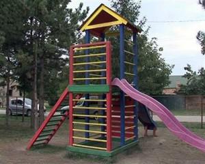 Medzi rekvizity v novom parku pre deti patrí aj pestrofarebná šplhačka, vari najkrajšia zo všetkých umiestnených v šiestich parkoch v Padine