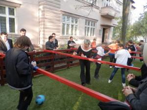 Zápas v stolnom futbale v prírode plným dúškom sledovali nielen mládežníci, ale aj dospelí Kovačičania