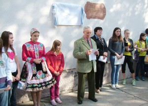 Pred odhalením pamätnej tabule prvému učiteľovi Michal Gombár prečítal príležitostný referát