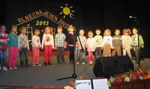 A1 a A2 prípravná skupina – päť- a šesťročné deti nacvičila Anna Čipkárová. Pohybová hra na pieseň Vedie, vedie, cesta nová do mestečka Poriadkova.