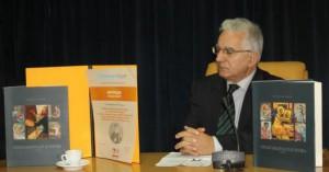 Riaditeľ Platoneumu Dušan Vujičić s tohtoročným najkrajším knižným dielom a Cenou Bogdana Kršića v tlačovej sieni vlády APV