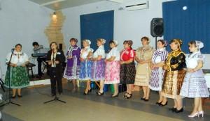 Slovenské ľudové piesne v prednese ženských speváckych skupín boli balzamom na dušu (na snímke: členky domácej speváckej skupiny)