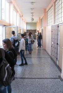 Ako z chodby na nádvorie života? Záber z pazovského gymnázia.