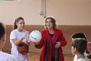 Náčelníčka Libuška Lakatošová so žiakmi z Golubiniec na hodine telesnej výchovy