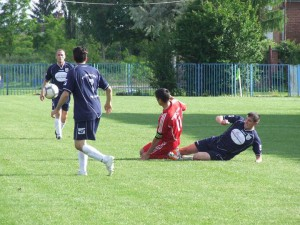 Nechtiac urobil penaltu: vpravo Milkan Latinović (Mladosť Petrovec)