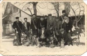 Boli časy, boli, ale sa minuli – hajdušickí poľovníci v päťdesiatych rokoch minulého storočia, keď v tomto revíri bolo zajacov neúrekom