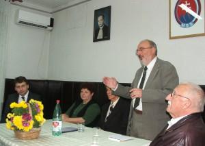 O osobnosti biskupa Berediho na večierku hovoril aj Stanislav Bajaník (stojí)