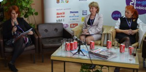 Zodpovedná redaktorka Hlasu ľudu Vladimíra Dorčová-Valtnerová počas diskusie s riaditeľkou Ruského slova Marticou Tamaš (zľava) a zodpovednou redaktorkou Magyár Szó Mártou Varjú.