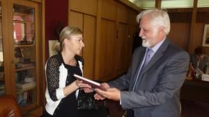 Generálna riditeľka SNK odovzdáva knihu Proglas riaditeľovi Národnej a univerzitnej knižice sv. Klimenta Ochridského v Skopje