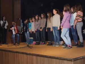 Zvonivé pesničky zaspieval školský chór pod vedením učiteľky hudby Olivery Gabríniovej a v sprievode Vladimíra Zimu