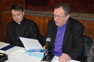 Dôstojný pán biskup Samuel Vrbovský (sprava) a velebný pán farár Vladislav Ivičiak