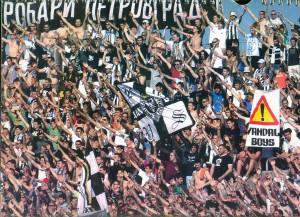 Na juhu štadióna Partizana vždy vrie ako v kotle. Jaroslav Čapeľa (v pravom rohu hore s okuliarmi a v bielom tričku) so skupinou zreňaninských fanúšikov Grobari Petrovgrad