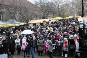 Početní návštevníci Vianočných trhov v Petrovci sledovali program