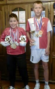 Bratia Brtkovci s početnými medailami a pohármi