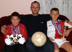 Otec Michal so svojimi talentovanými synmi – futbalistami