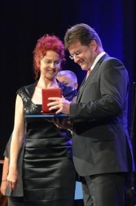 Anna Tomanová-Makanová udeľuje Cenu NRSNM Miroslavovi Lajčákovi na otváracom programe SNS v Báčskom Petrovci (foto: J. Pániková)