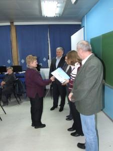 Záber z udeľovania osvedčení o ukončenom informatickom kurze v Petrovci.