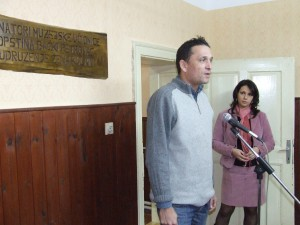 Bogdan Šekarić a Dragana Vujaklijová na otvorení muzeálnej učebne v Kulpíne