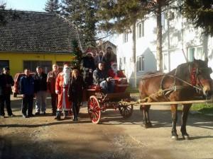 Na snímke: dedkovia Mrázovia s pomocníkmi pred začiatkom akcie.