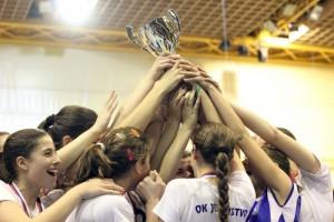 Radosť mladých Pazovčaniek po získaní pohára na Festivale volejbalu Nový Sad 2014