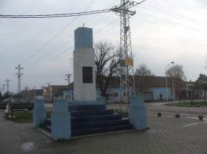 V prípade, že sa bude robiť kruhový objazd v Kysáči, pomník treba vymiestniť na inú lokalitu (foto: E. Šranková)