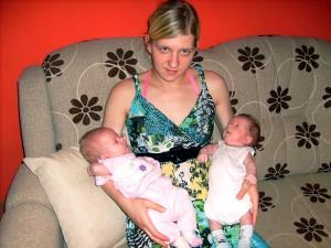 Jeden z dvoch párov kovačických dvojčeniec Dário a Dajana Barnákovci s matkou Annou (foto: A. Chalupová)