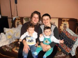 Pre dve hajdušické rodiny Greksové rok za nami bol skutočne šťastný: bratom blížencom Miroslavovi a Jaroslavovi sa narodili synovia Ivan (vľavo s matkou Ivanou) a Martin (s matkou Danielou) (foto: vlh)