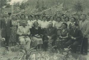 Učiteľský kolektív v roku 1953 – prvý školský rok učiteľa Jána Pavlisa (stojí prvý sprava); správcom vtedy bol Emil Spevák (sedí v strede)