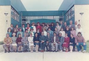 Kolektív Základnej školy Jána Čajaka v Petrovci roku 1984 s riaditeľom Pavlom Liptákom (sedí v strede, siedmy v poradí) a správcom Jánom Pavlisom (sedí prvý zľava); učiteľky Katarína Kopčoková (sedí druhá sprava) a Mária Pavlisová (sedí šiesta zľava)