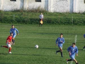 Stredopoliar Bojan Veselinović (červený dres) na zápase Borac – Odžaci 1 : 1